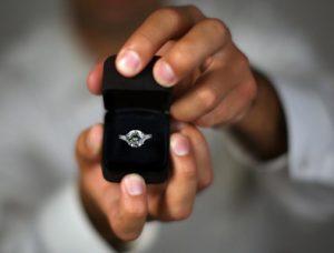 Dar el anillo de compromiso con diamante