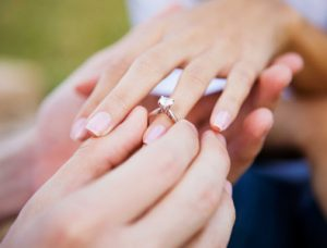 Engagement ring vs promise ring: Demostraciones de amor