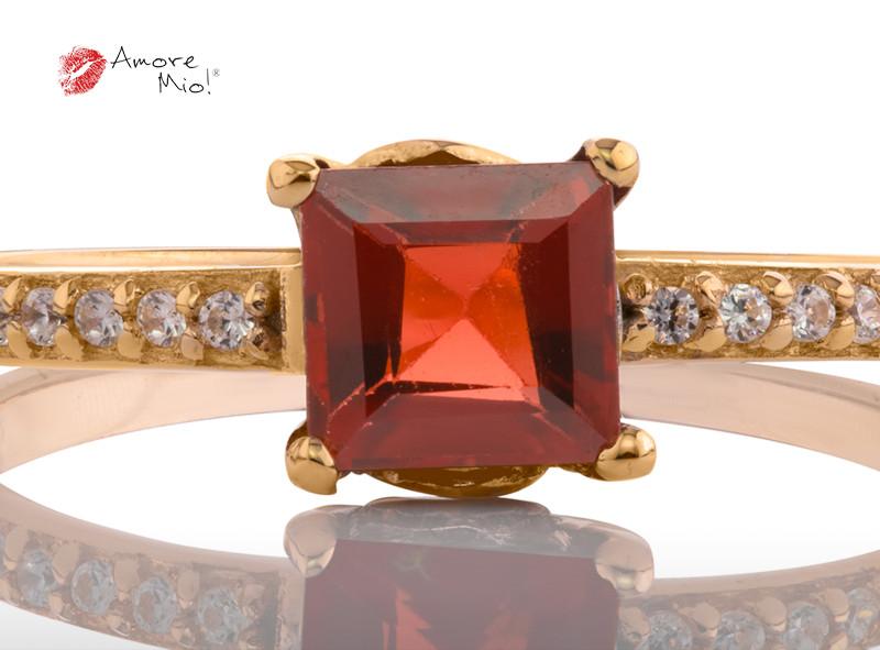 Anillo de compromiso de oro, con un Granate central de: 1.02 Puntos  Color- N/A Claridad- N/A