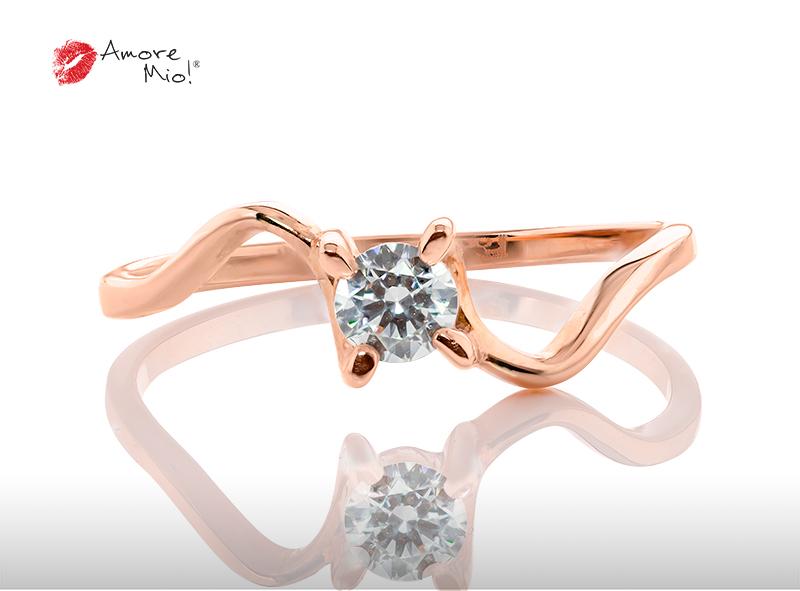 Anillo de compromiso de oro, con diamante central de: 0.27 Puntos Color- D Claridad- VS1  (27/73)