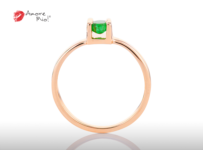 Anillo de compromiso de oro, con Emerald central de: 0.19 Puntos Color- N/A Claridad- N/A