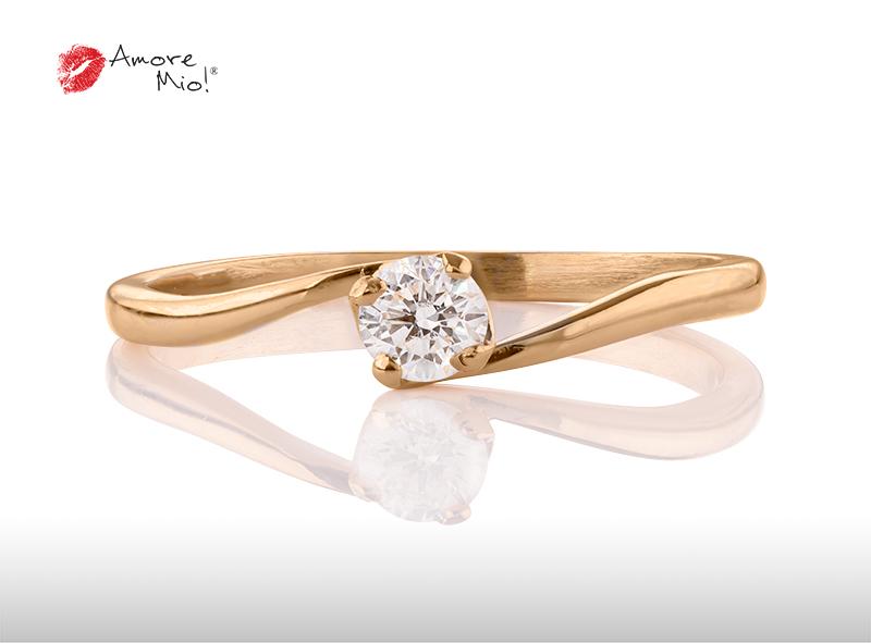 Anillo de compromiso de oro, con diamante central de: 0.13 Puntos Color- I Claridad- VS2  (48/52)