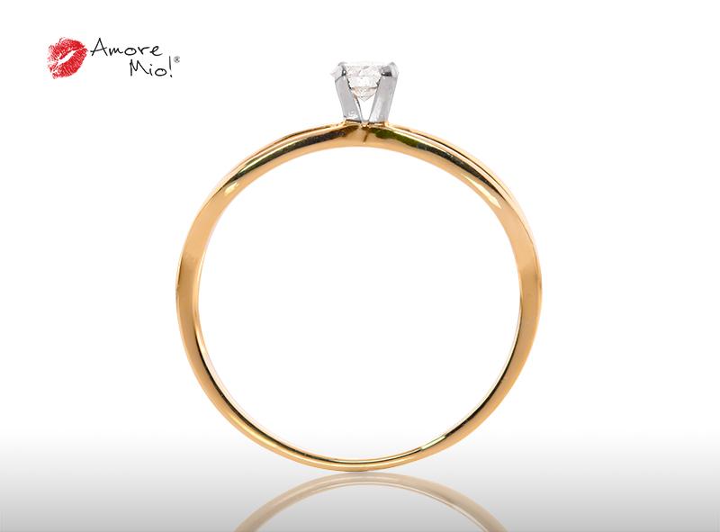 Anillo de compromiso de oro, con diamante central de: 0.20 Puntos Color- D Claridad- VS1 (31/69)