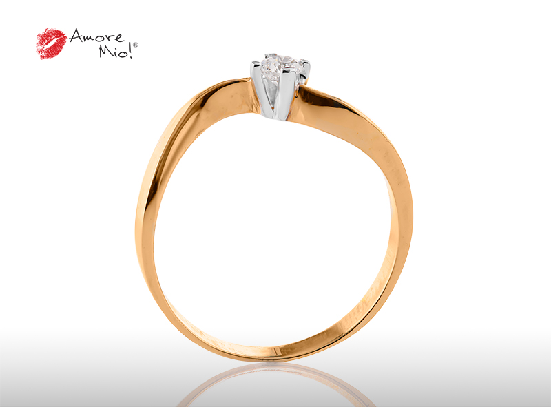 Anillo de compromiso de oro, con diamante central de: 0.14 Puntos Color- D Claridad- SI1  (53/47)