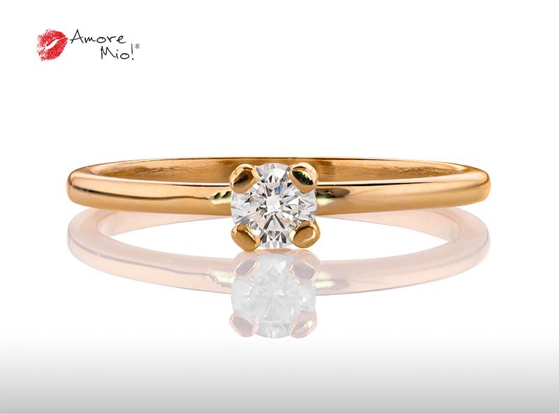 Anillo de compromiso de oro, con diamante central de: 0.24 Puntos Color- D Claridad- VS1 (28/72)