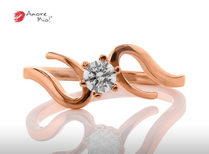 Anillo de compromiso de oro, con diamante central de: 0.18 Puntos Color- G Claridad- SI1 (47/53)
