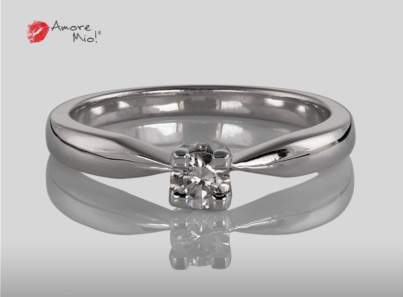 Anillo de compromiso de oro, con diamante central de: 0.24 Puntos Color-D Claridad- VS1 (45/55)