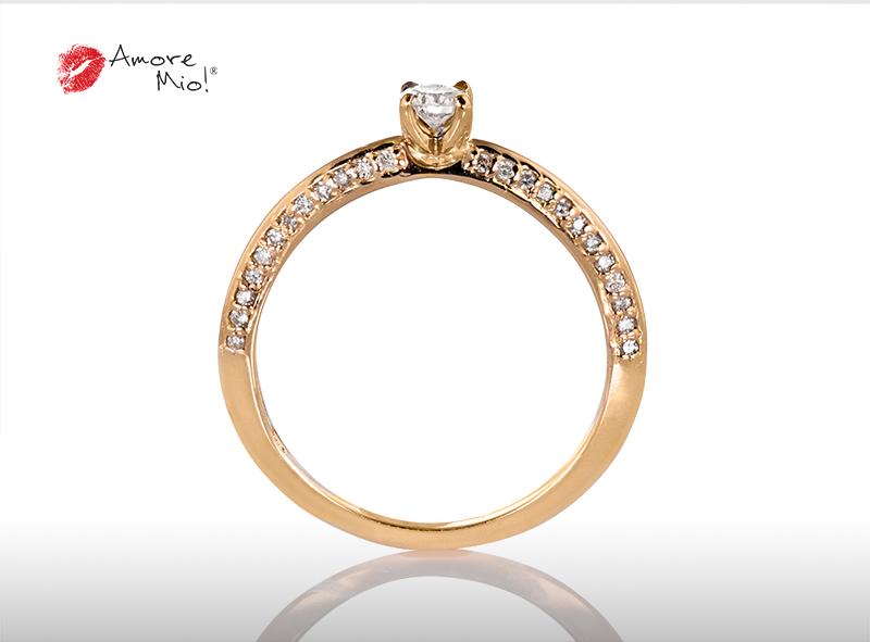 Anillo de compromiso de oro, con diamante central de: 0.14 Puntos Color- D Claridad- SI1 (82/18)