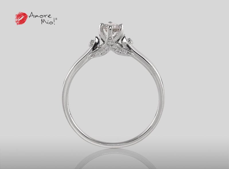 Anillo de compromiso de oro blanco de 18k con un diamante de: 0.29 puntos Color- Blue Mejorado Claridad- SI1