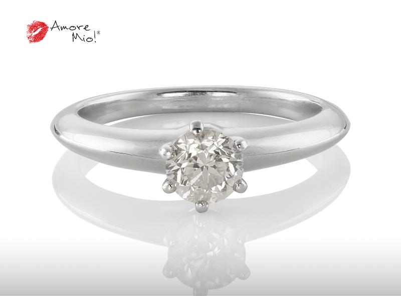 Anillo de compromiso de platino, con un diamante central de: 0.64 Color- H Claridad- SI1 Mejorado