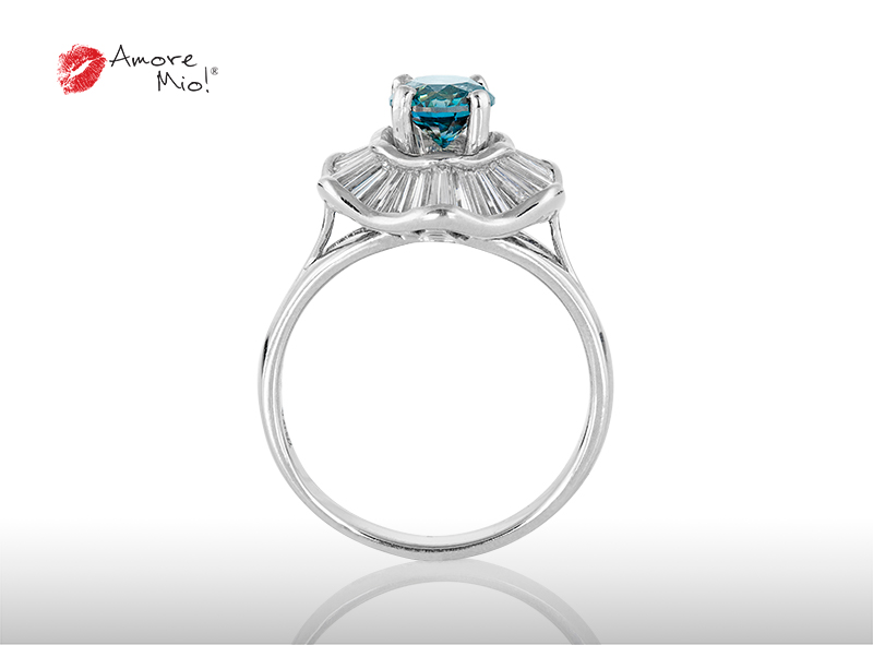 Anillo de compromiso de oro, con diamante central de: 0.85 Puntos Color- Azul Claridad- SI3 (33/67)