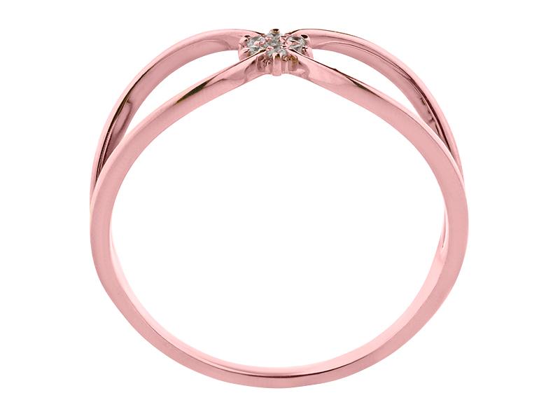Anillo de compromiso de oro con Diamante central de: 0.01 ct Color- G Claridad- SI1 Piedras laterales: (6 x 0.005= 0.03 ct)