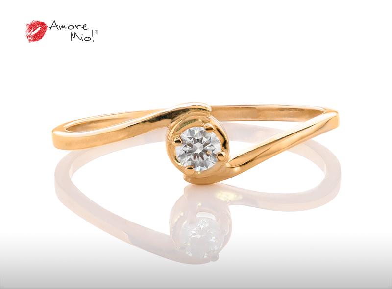 Anillo de compromiso de oro, con diamante central de: 0.09 Puntos Color- D Claridad- VS2  (57/43)