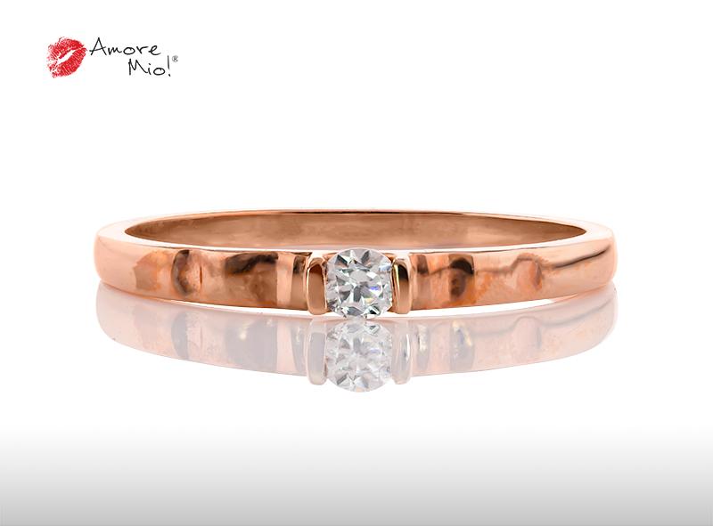 Anillo de compromiso de oro, con diamante central de: 0.08 Puntos Color- F Claridad- VS1