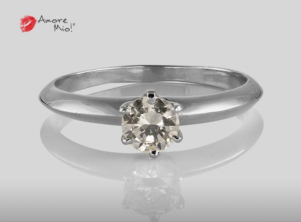 Anillo de compromiso de oro de 14k, con diamante central de:  0.46 Puntos Color-  I Claridad-  SI1