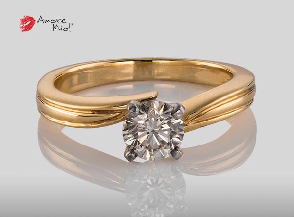 Anillo de compromiso de oro de 14k, con diamante central de:  0.67 puntos color- H claridad- VS1