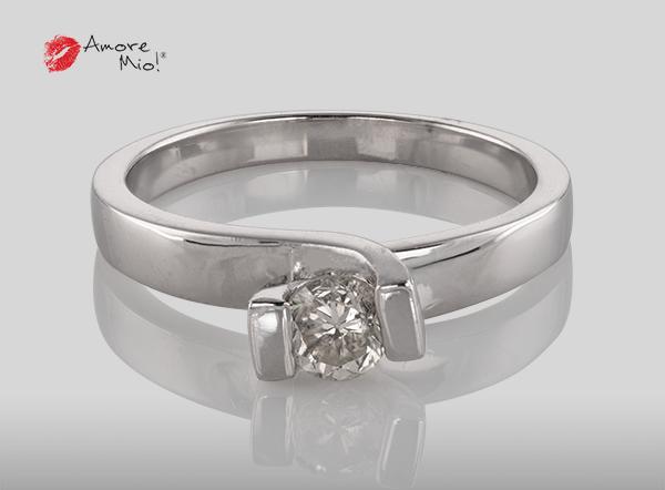 Anillo de compromiso de oro, con diamante central de: 0.34 Puntos Color- H Claridad- SI2 (44/56)
