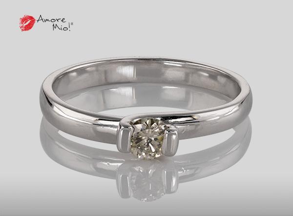 Anillo de compromiso de oro, con diamante central de: 0.22 Puntos Color- I Claridad- SI2 (42/58)