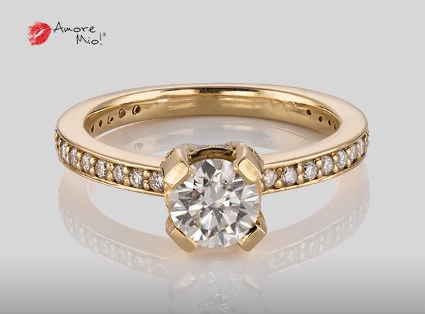 Anillo de compromiso de oro de 14k, con diamante central de:  0.71 puntos color- F claridad- VS1