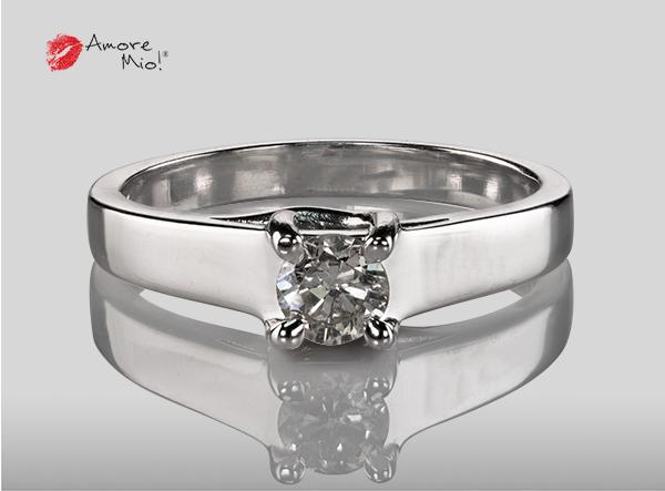 Anillo de compromiso de oro, con diamante central de: 0.32 Puntos Color- I Claridad- SI2 (49/51)
