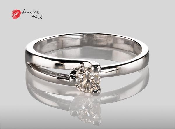 Anillo de compromiso de oro, con diamante central de: 0.23 Puntos Color- J Claridad- VS1 (40/60)
