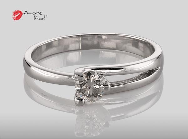 Anillo de compromiso de oro, con diamante central de: 0.23 Puntos Color- I Claridad- VS1 (40/60)