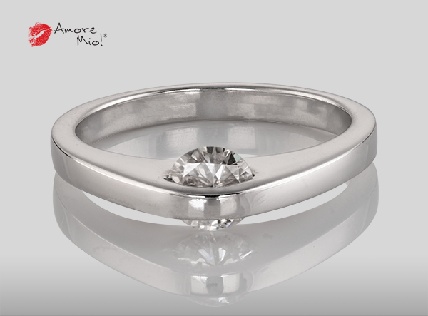 Anillo de compromiso de oro de 14k, con diamante central de:  0.54 Color- G Claridad- VS1