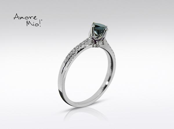 Anillo de compromiso de oro blanco de 18k con un diamante de: 0.42 puntos Color- Blue Claridad- N/A
