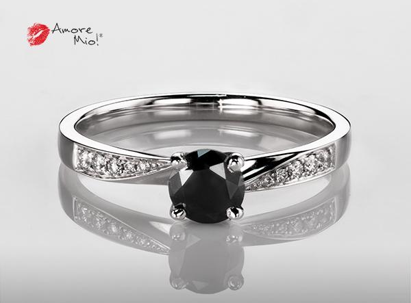 Anillo de compromiso de oro blanco de 18k con un diamante de: 0.46 puntos Color- Black Claridad- N/A