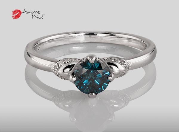 Anillo de compromiso de oro blanco de 18k con un diamante de 0.61 puntos Color- Blue (Mejorado) Claridad- SI2