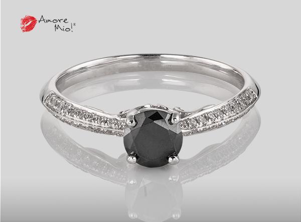 Anillo de compromiso de oro blanco de 18k con un diamante de: 0.44 puntos Color- Black Claridad- N/A (72/28)