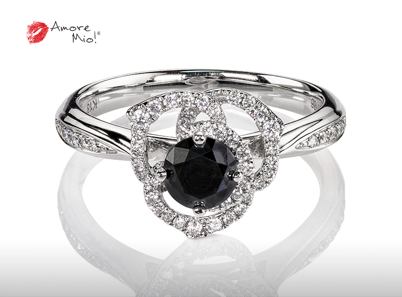 Anillo de compromiso de oro blanco de 18k con un diamante de: 0.48 puntos Color- Negro Claridad- N/A (77/23)