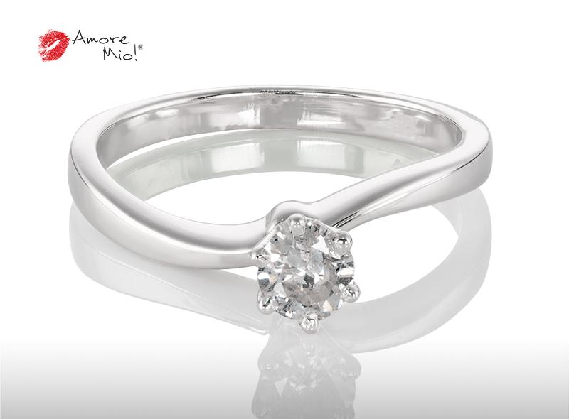 Anillo de compromiso de oro, con diamante central de: 0.26 Puntos Color- D Claridad- SI1 (42/58)