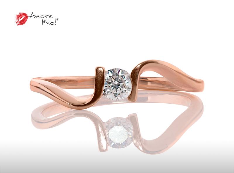 Anillo de compromiso de oro, con diamante central de: 0.25 Puntos Color- D Claridad- VS1