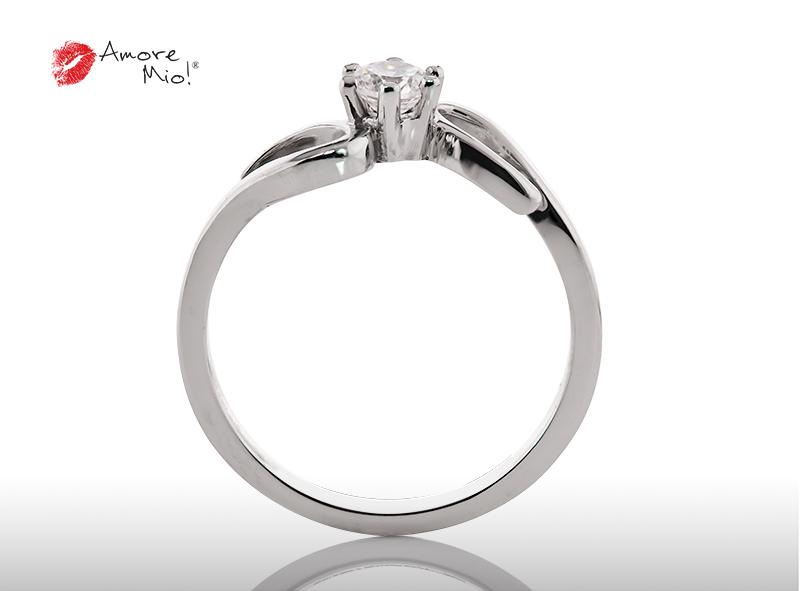Anillo de compromiso de oro, con diamante central de: 0.18 Puntos Color- G Claridad- SI1