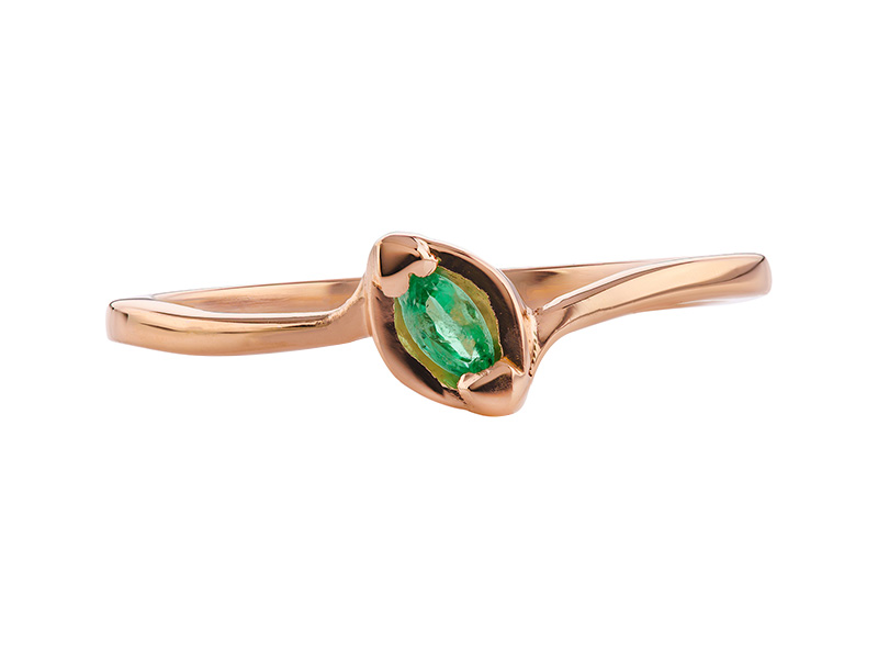 Anillo de compromiso de oro, con Emerald central de: 0.11 Puntos Color- N/A Claridad- N/A