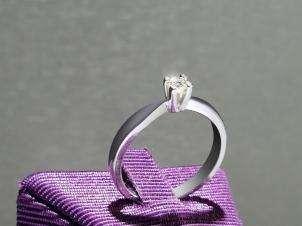 Anillo De Oro De 14kt, Con Diamante Central De: 0.14 Puntos Color- F Claridad- VS1