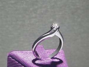 Anillo De Oro De 14kt, Con Diamante Central De: 0.11 Puntos Color- D Claridad- SI1
