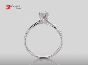 Anillo de compromiso de oro, con diamante central de: 0.19 Puntos Color- F Claridad- SI1