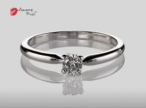 Anillo de compromiso de oro, con diamante central de: 0.18 Puntos Color- D Claridad- SI1 (40/60)