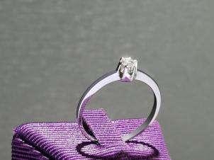Anillo De Oro De 14kt, Con Diamante Central De: 0.11 Puntos Color- D Claridad- SI2