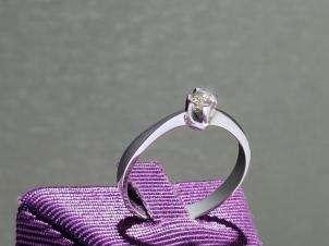 Anillo De Oro De 14kt, Con Diamante Central De: 0.11 Puntos Color- J Claridad- SI1
