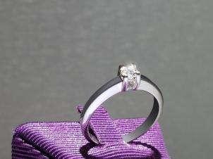 Anillo De Oro De 14kt, Con Diamante Central De: 0.16 Puntos Color- H Claridad- SI1