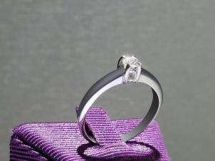 Anillo De Oro De 14kt, Con Diamante Central De: 0.14 Puntos Color- D Claridad- SI1