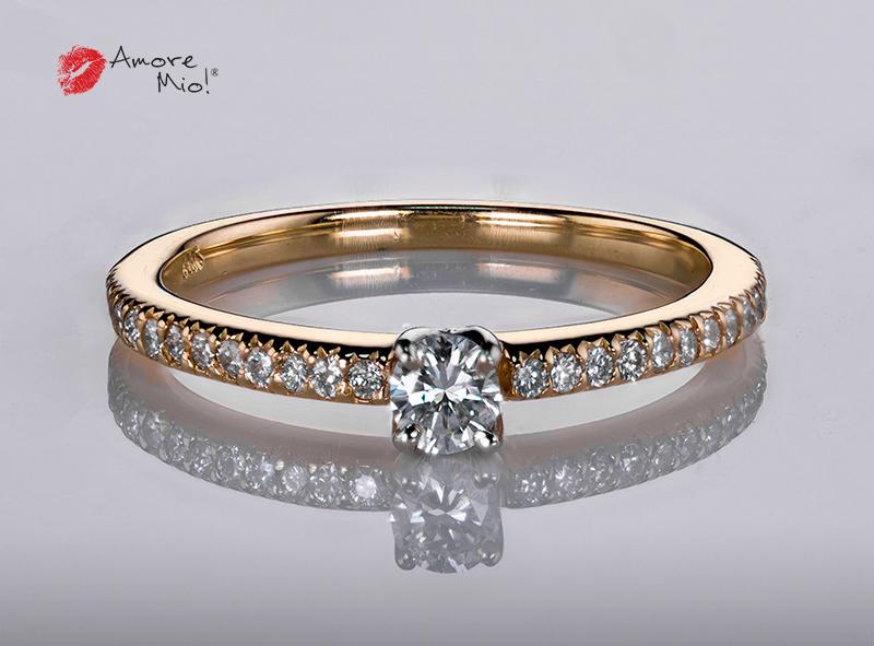 Anillo de compromiso de oro, con diamante central de: 0.12 Puntos Color- D Claridad- SI1