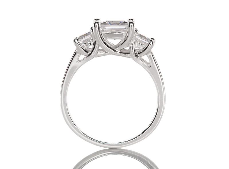 Anillo de compromiso de oro blanco de 14kt<br>Diamante  princess de 0.64 quilates, Color-D,Claridad-VS2,Diamante Mejorado-None