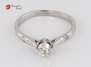 Anillo de compromiso de oro blanco de 18k con un diamante de 0.32 puntos Color- I Claridad- SI1