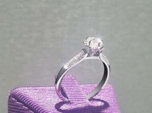 Anillo De Oro De 18kt, Con Diamante Central De:  0.32 Puntos Color- G Claridad- SI1