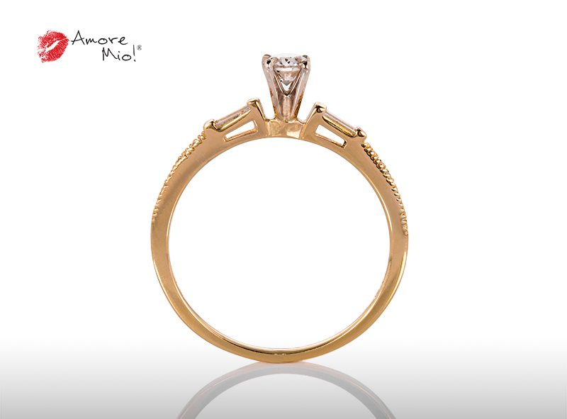 Anillo de compromiso de oro, con diamante central de: 0.20 Puntos Color- K Claridad- VS1 (79/21)