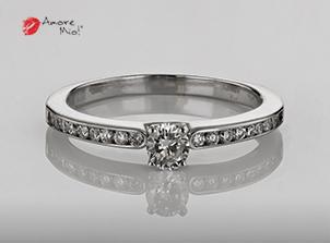 Anillo de compromiso de oro, con diamante central de: 0.20 Puntos Color- G Claridad- VS1